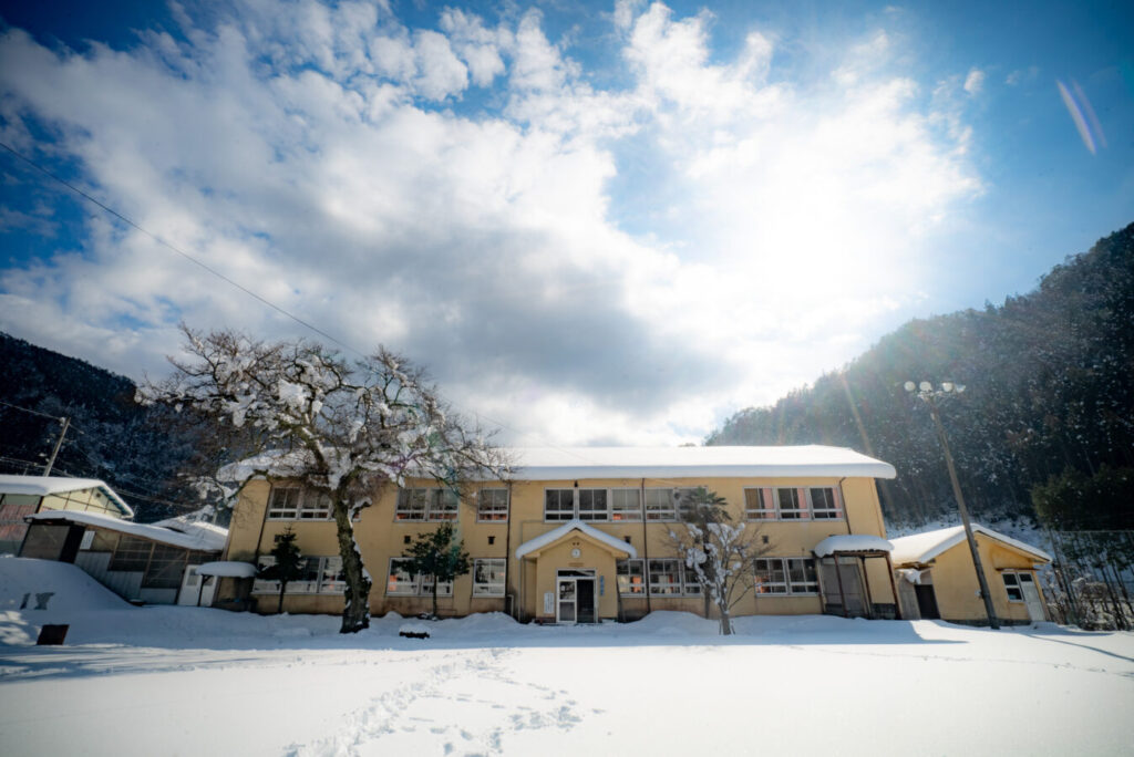 廃校の雪景色